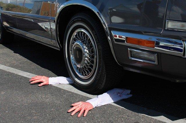 umělé ruce pod autem
