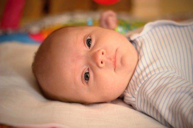 ležící kojenec
