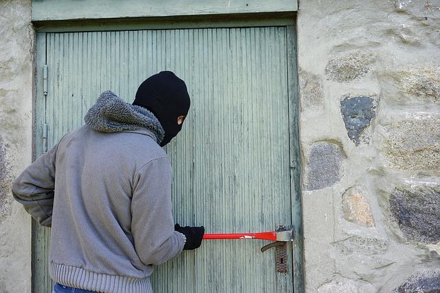 zloděj u dveří