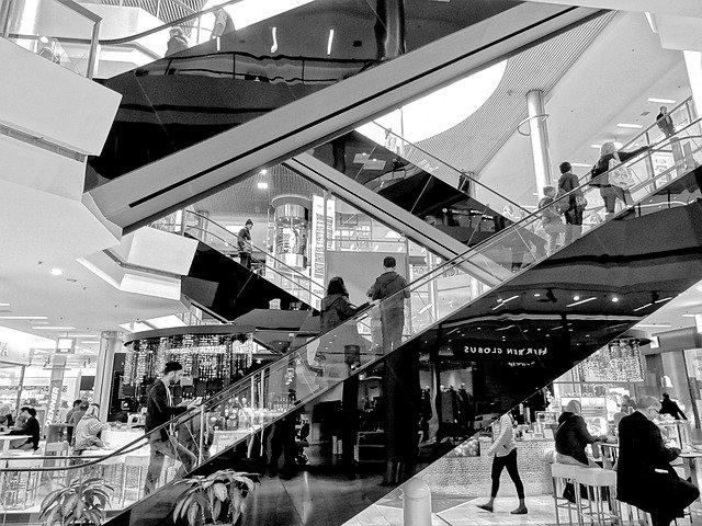 nákupní centrum a eskalátory