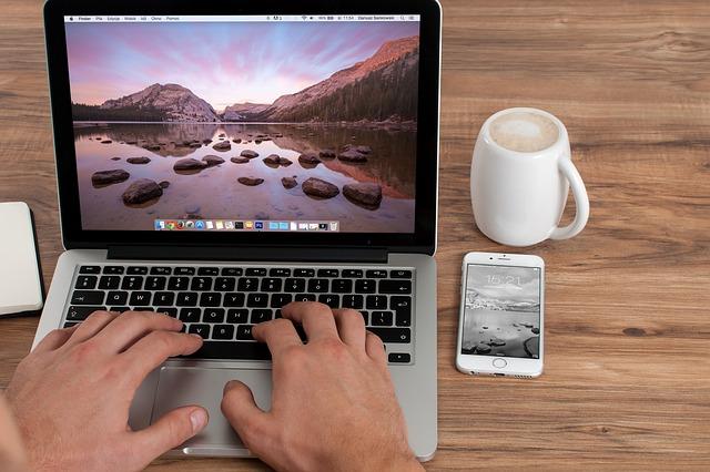 ruce na klávesnici