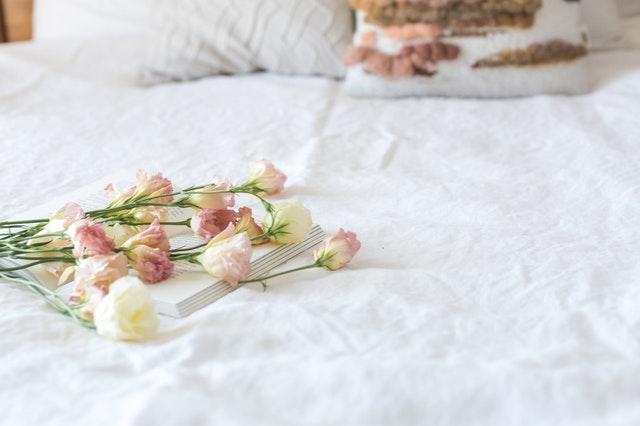 květy na bílém prostěradle