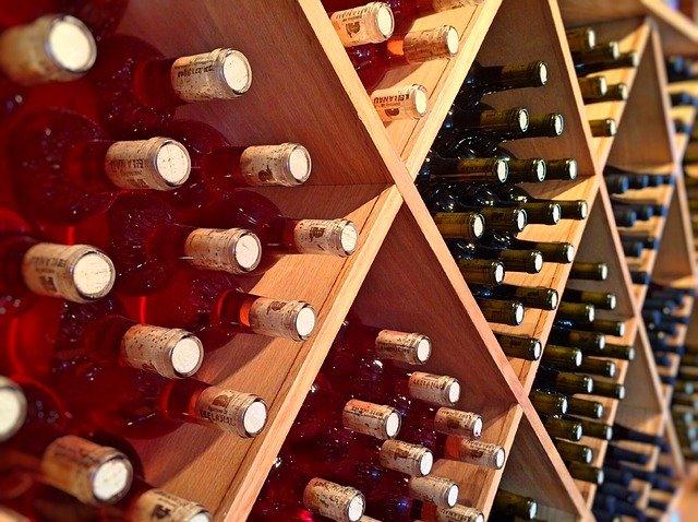 Láhve vína uložené ve vinotéce