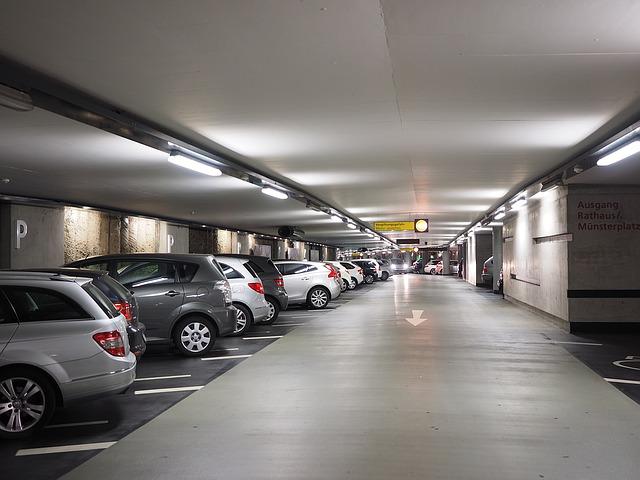 garáž v podzemí několik automobilů naskládaných zaparkovaných vedle sebe
