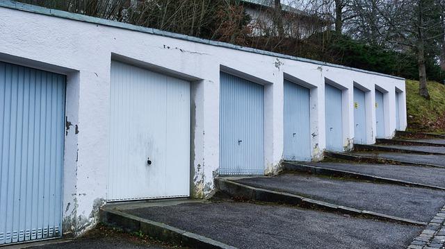 garáže vedle sebe, několik po sobě jdoucích napojené na sobě